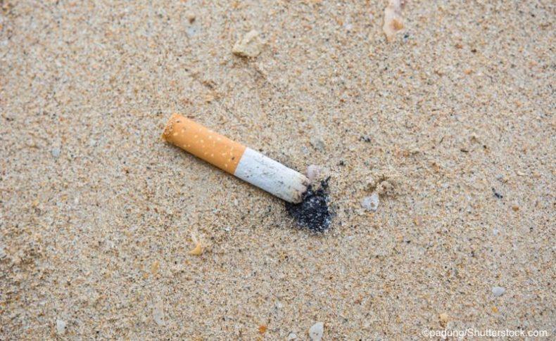 ビーチに落ちているたばこ吸い殻