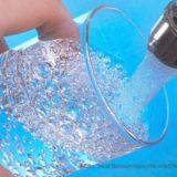 水道水をコップに注ぐ