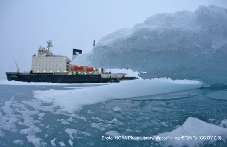 北極の氷と船