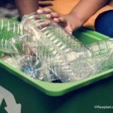 ペットボトルをリサイクルボックスにいれる