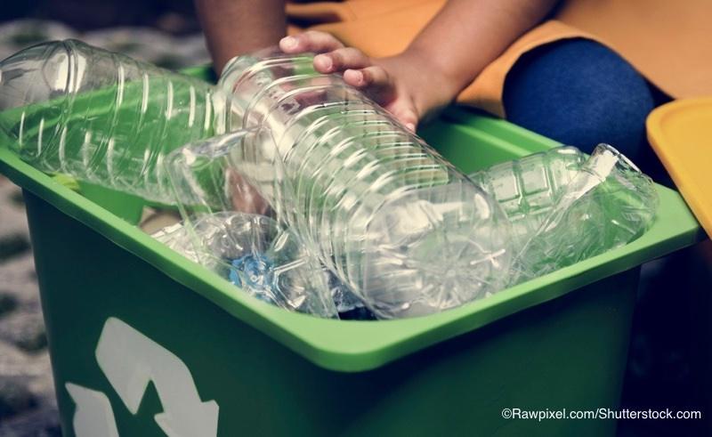 ペットボトルとリサイクルボックス