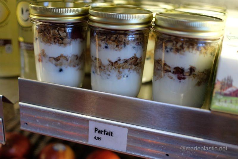 モントレー水族館で販売されているガラス容器入りのヨーグルトパフェ