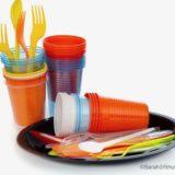 使い捨てプラスチックのコップとフォーク
