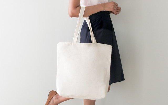 コットンバッグをもつ女性
