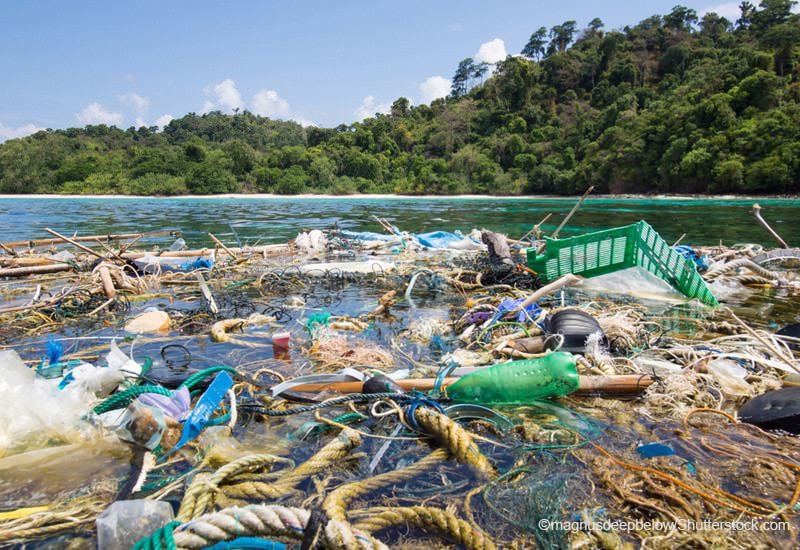 海面に浮かぶ様々なプラスチックごみと漁網