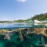 海に浮かぶプラごみと漁網