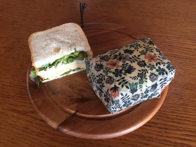 ミツロウラップで包まれたサンドイッチ