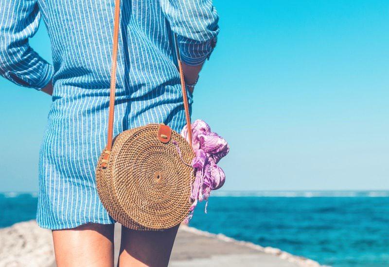 夏服を着る女性の後ろ姿