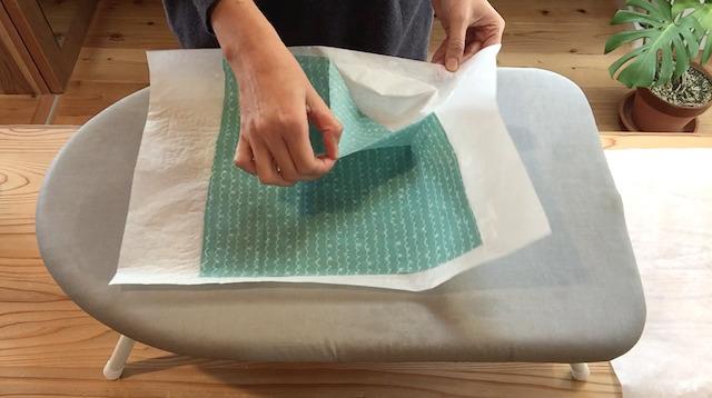 ミツロウが染みた布を剥がす
