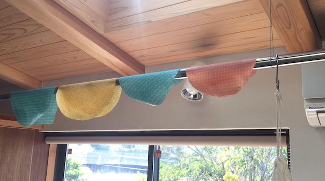 ミツロウが染みた布を乾かす
