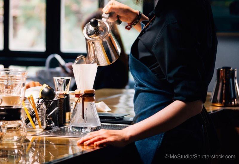 コーヒーを煎れる女性