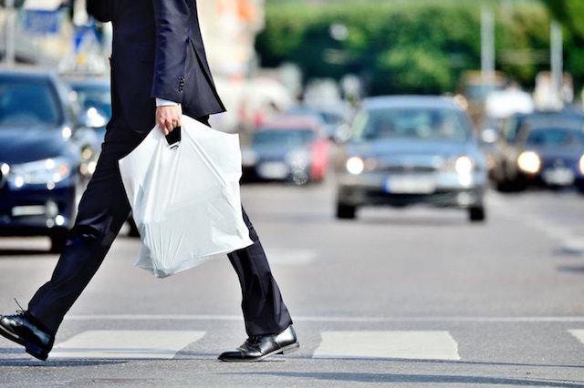 ポリエチレンのレジ袋を持つ男性