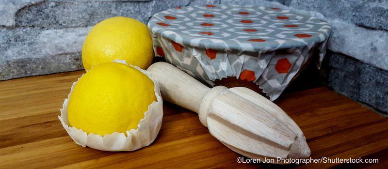 ミツロウラップで包まれた容器と果物
