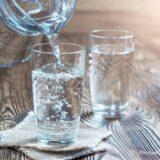ガラスのコップに水を注ぐ