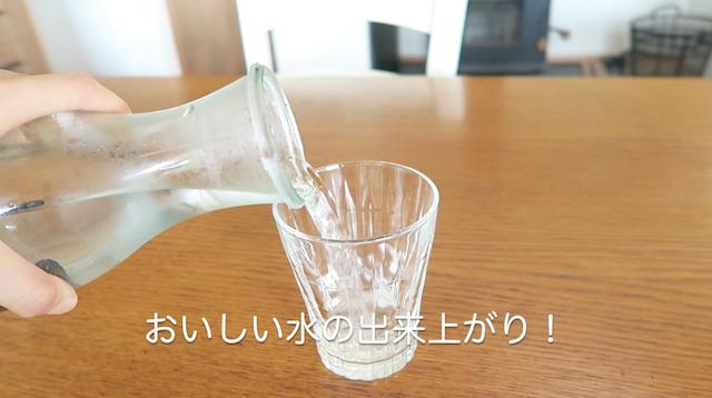 備長炭で浄水した水をコップに注ぐ