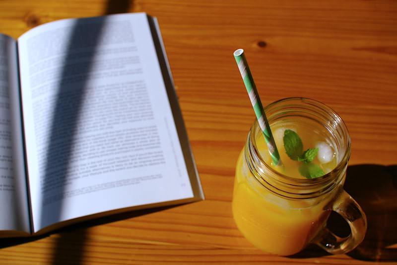 紙製ストローをさしたオレンジジュース