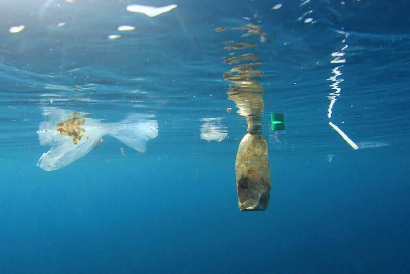 海に浮かぶペットボトルとプラごみ