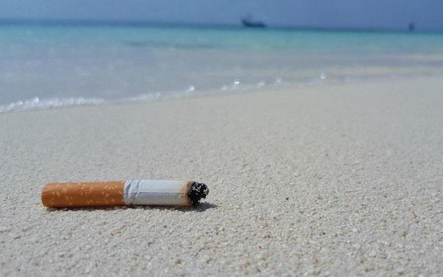 ビーチに落ちているタバコ吸い殻