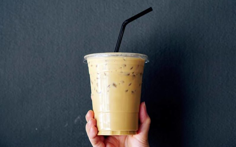 プラ容器にはいったテイクアウトのコーヒー