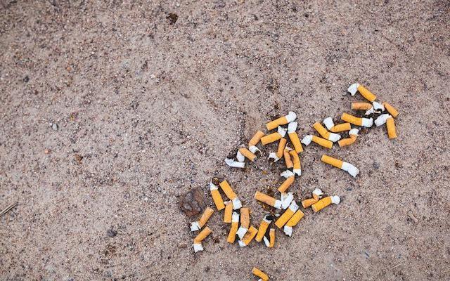 タバコの吸い殻が散らばっている様子