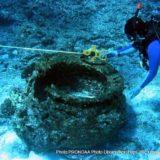 海ごみを調べるダイバー