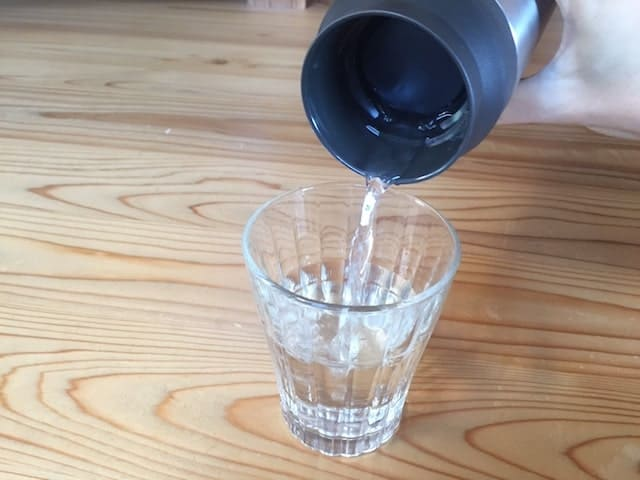 KINTOボトルから水を注ぐ