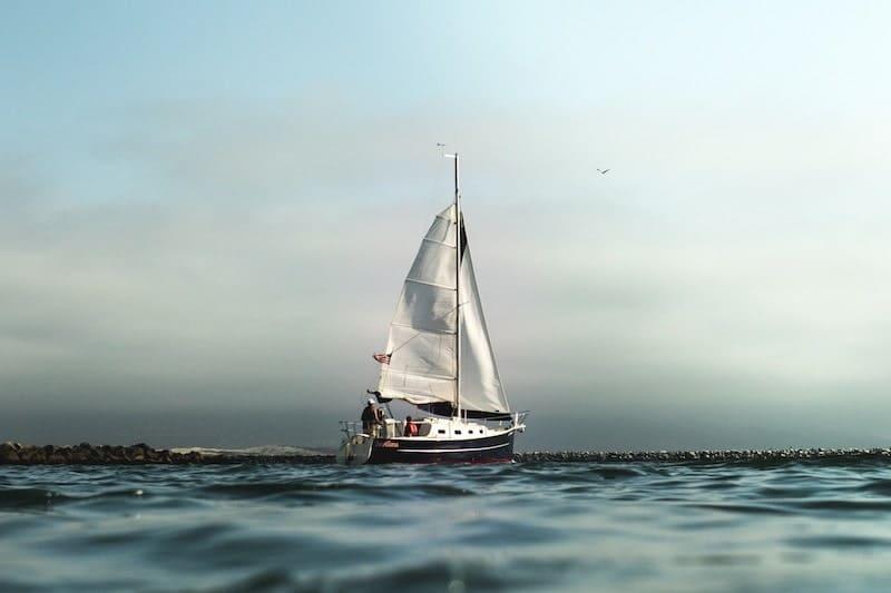 海上の帆船