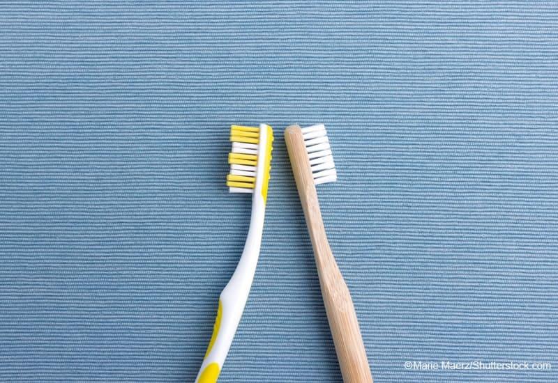 プラスチックの歯ブラシと竹製の歯ブラシ