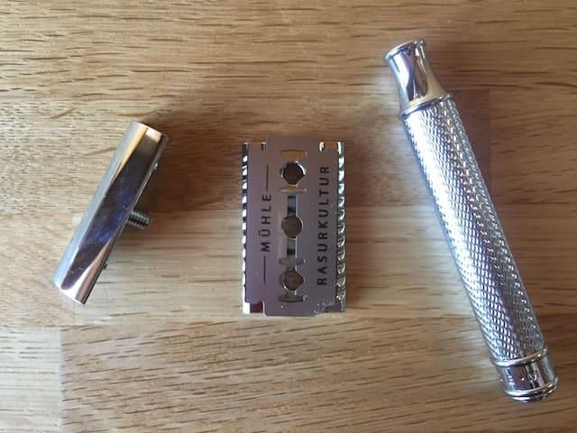 替え刃をセットした両刃カミソリ