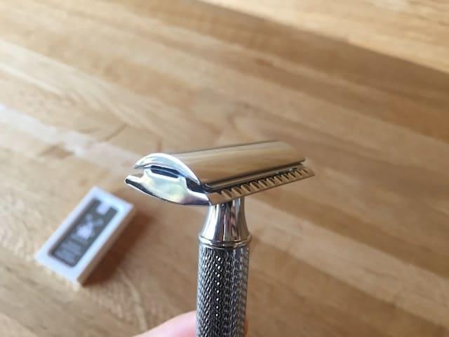 替え刃を取り付けた両刃カミソリのヘッド