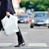 レジ袋を持って歩く男性