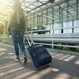 バッグをもって海外旅行する女性
