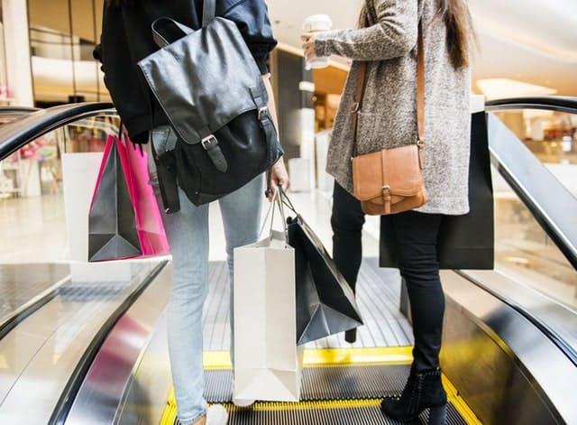 ショッピングバッグをもつ人