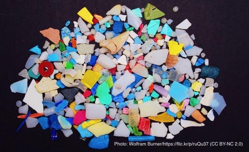 粉々のプラスチック