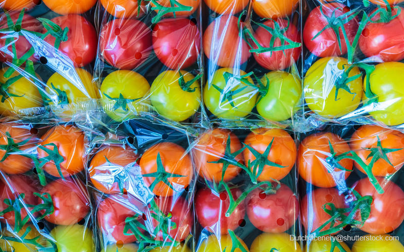 プラスチックで過剰包装されたトマト