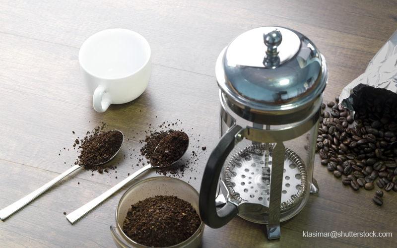 コーヒーをいれるステンレス製の抽出器具とコーヒーの粉