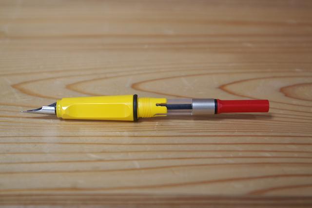 コンバーターを装着した万年筆