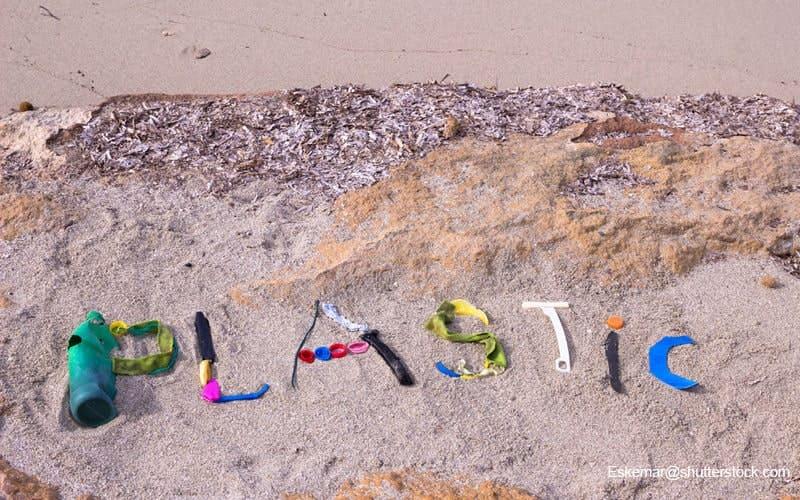 海ごみで描いたplasticの文字