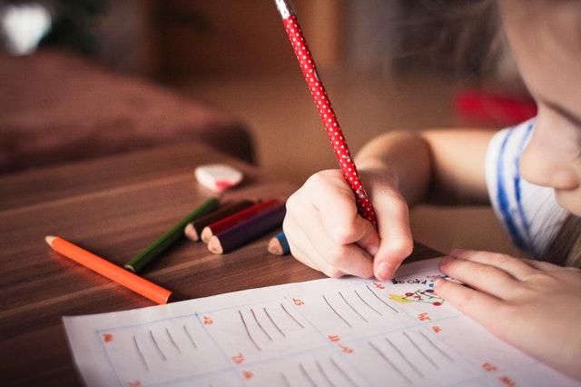 子供と鉛筆