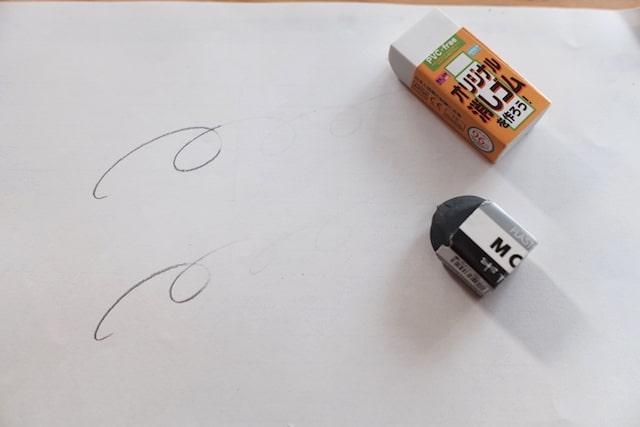 フロモとMONOの消しゴムでそれぞれ鉛筆の線を消した後の様子