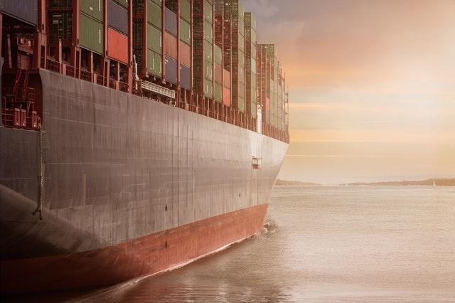 海を航行する巨大貨物船