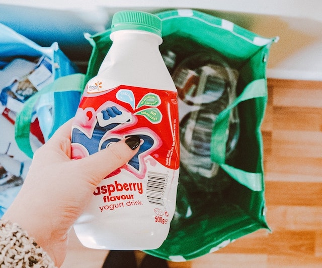 プラスチック容器をリサイクルに出す女性
