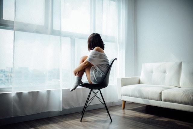 外の外を眺める女性
