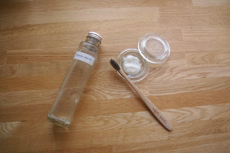 手作りの歯磨き粉とマウスウォッシュと竹歯ブラシ