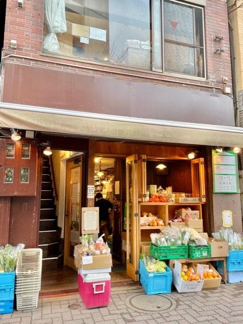 gaiaの店舗入り口に並んでいる野菜