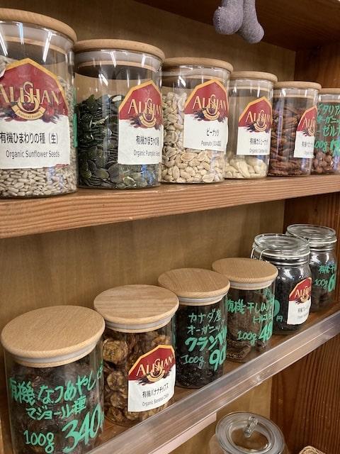 カンビオの店内(棚にガラス瓶入りの商品がたくさん並んでいる様子)
