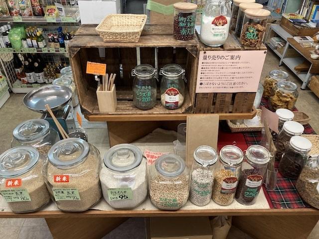 カンビオの店内(テーブルの上にガラス瓶に入った商品がたくさん並んでいる様子)