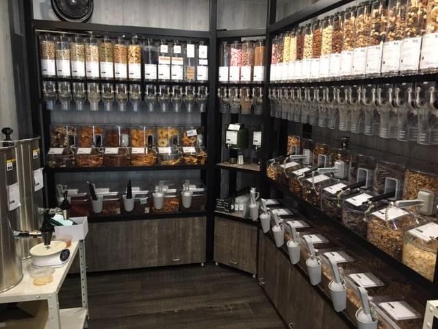 バルクフーズの店内(壁一面に並んだ量り売り什器)