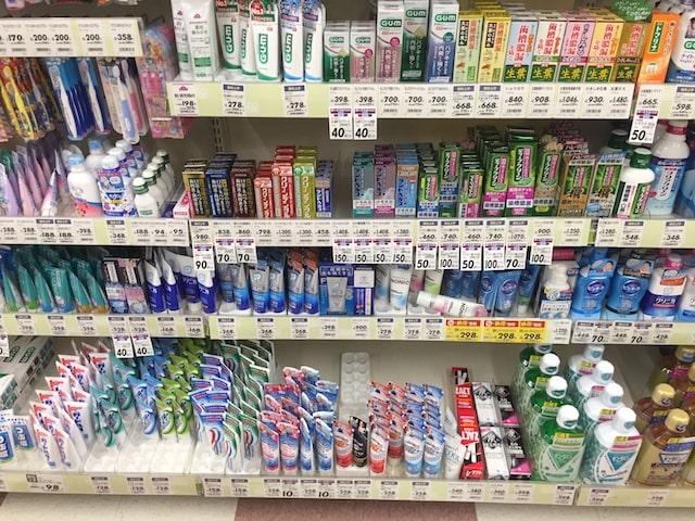 ドラッグストアに陳列された歯磨き粉