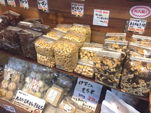 コタンの店内(豆や穀物などが商品に陳列されている様子)